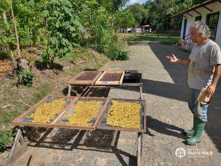 Secretaria de Agricultura visita o professor Sérgio Olaya